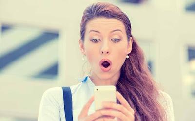 طرائف الأمهات على مواقع التواصل الإجتماعي  فتاة امرأة مندهشة متفاجأة مصدومة تنظر لشاشة المحمول looking st mobile screen astonished SURPRISED woman girl amazed