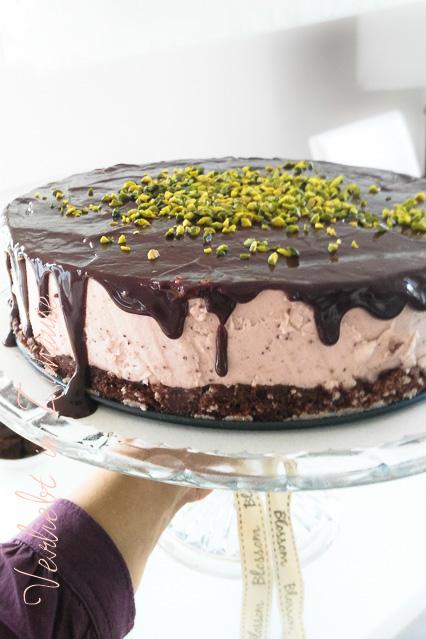 Erdbeer-Quark-Torte: Köstlich mit Schokoguss und Topping aus Pistazien
