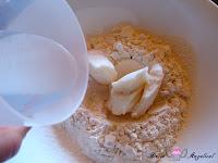 Añadiendo manteca y agua a la harina
