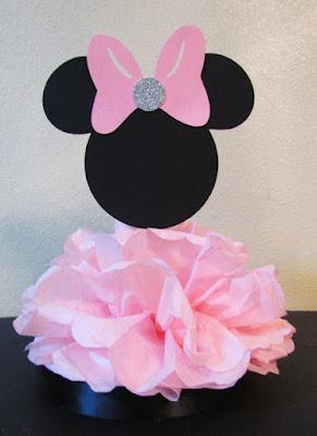 Ideee decor masa botez - cap Minnie si baza pompons din hartie matase roz