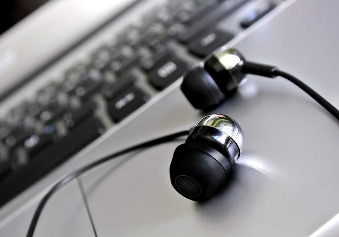 Fones de ouvido sobre um laptop