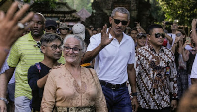 Barack Obama pray for world peace at Bali's Hindu Temple