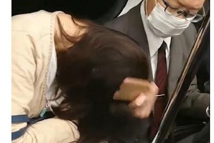 Pengusaha Jepang Pukul Kepala Wanita Pakai Smartphone di Kereta Api