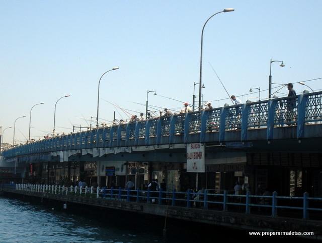 pescadores en el puente galata estambul