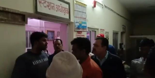 गौंडवाना एक्सप्रेस से निजामुद्दीन जाने वाले यात्रियों से बसूला जा रहा था अधिक किराया..! पथरिया स्टेशन पर यात्रियों ने मचाया हंगामा..