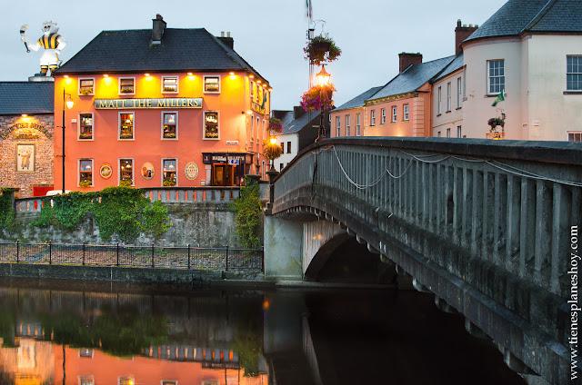 Atardecer Kilkenny pub Irlanda