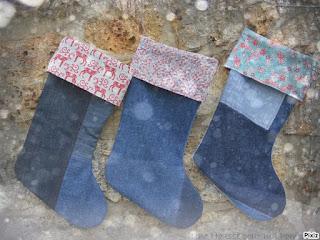 Description: chaussette de noël en jeans montés façon patchwork et surpiqures rouge, tissu coton sur le thème de noël écru et motif rennes en rabat ou liberty ou fleuri, doublée intérieur coton blanc cassé, cordelette en chanvre pour pouvoir l'accrocher à la cheminée. Dimensions :35 x 22 cm
