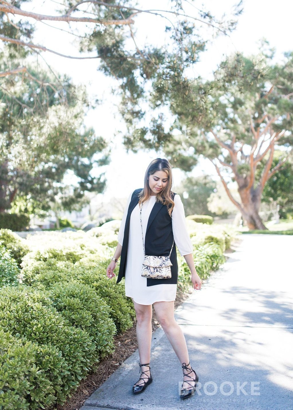 White dress and black vest outfit, snakeprint crossbody, latina fashion blogger, latina style blogger