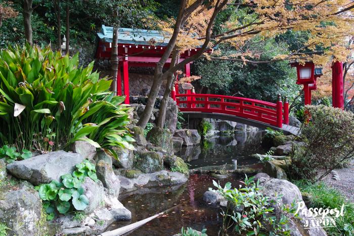 Rochers et pont de bois rouge, sanctuaire d'Umi Jigoku, Beppu, Oita