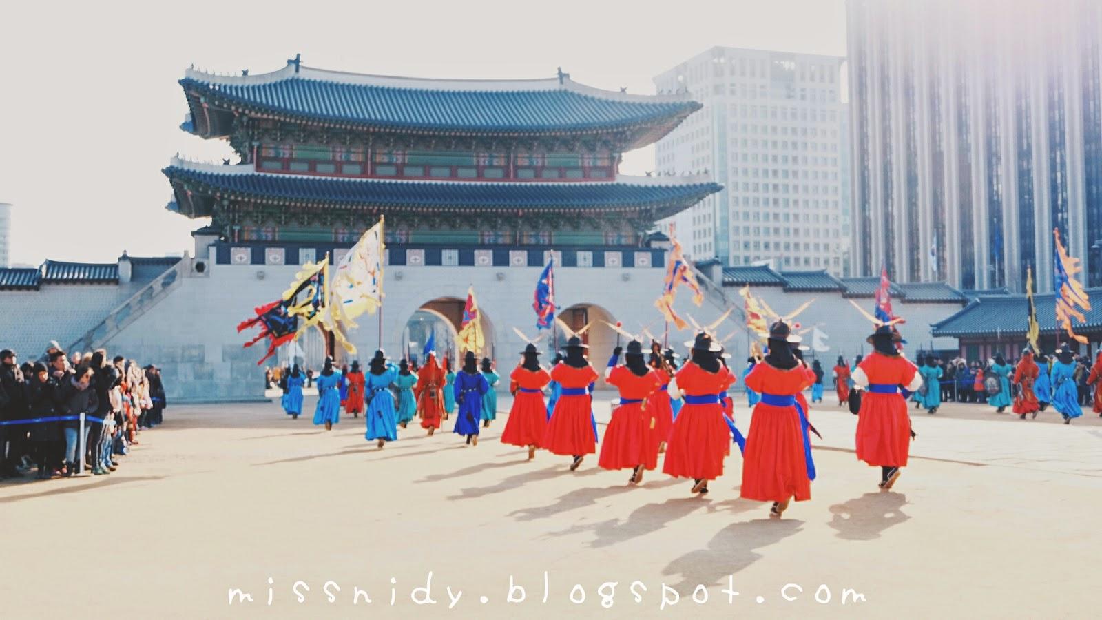 changing guard at gyeongbokgung seoul