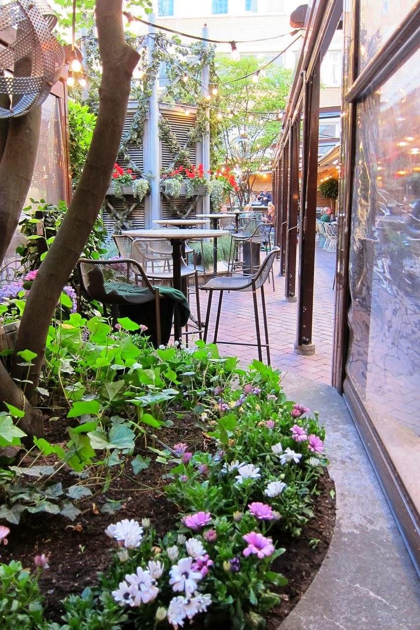 Ma chambre rose by sophia testar grand escalier brasserie for Brasserie le jardin