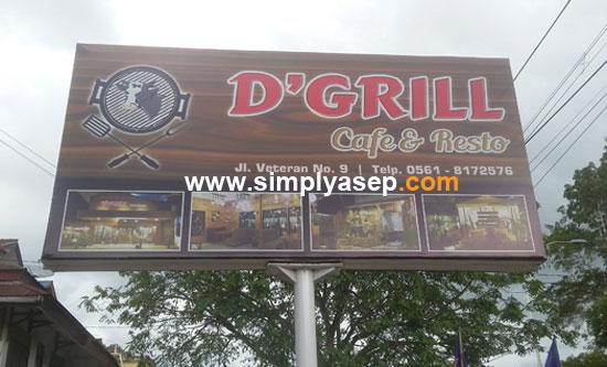 JELAS : Inilah plang D'Grill Cafe and Resto di Jalan veteran Pontianak. Mudah diidentifikasi dan ditemukan. Foto Asep Haryono