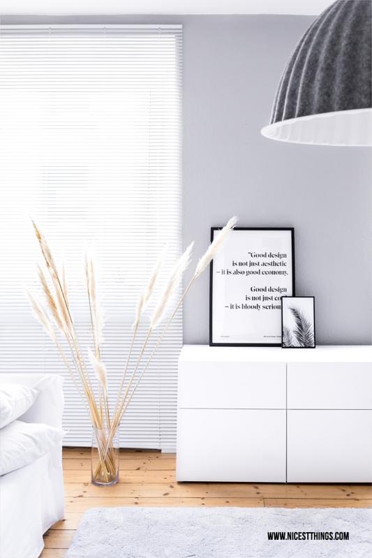 Wohnzimmer mit Pampas-Gras, Ikea Besta Sideboard und Muuto Deckenleuchte