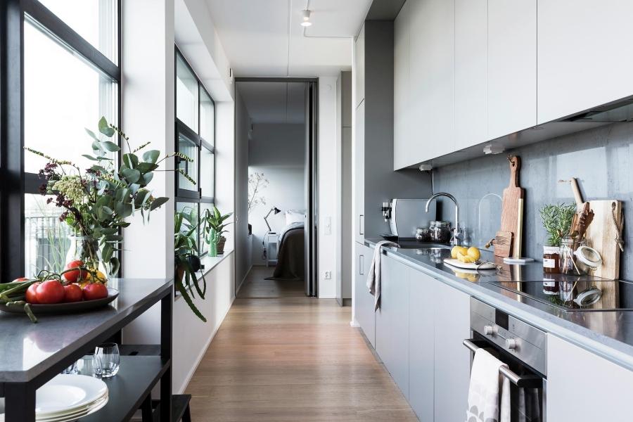 Nowoczesna prostota, wystrój wnętrz, wnętrza, urządzanie mieszkania, dom, home decor, dekoracje, aranżacje, styl nowoczesny, modern style, light colors, jasne kolory, biel, white, szarość, grey, wąska kuchnia, kitchen