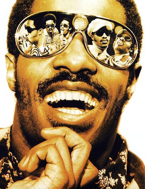a6cd16a29 O grande Stevie Wonder - nome artístico de Stevland Hardaway Morris -  completa hoje 65 anos. Ele nasceu em Saginaw, Michigan no dia 13 de maio de  1950.