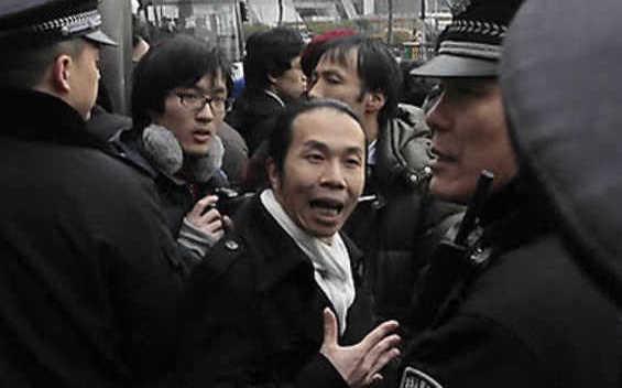 Cristianos chinos detenidos por la policía en la calle