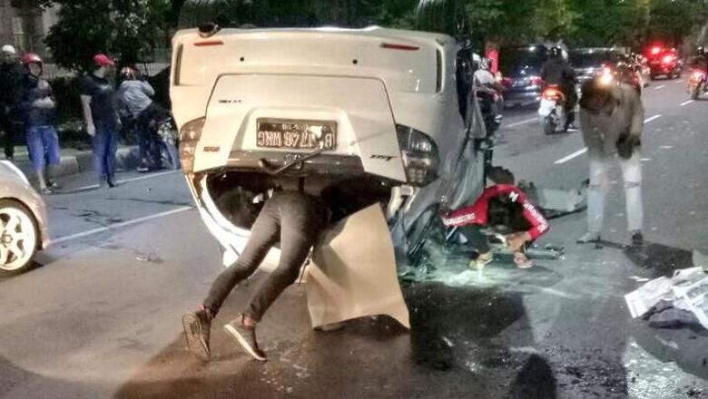 Innalillaahi.. Kecelakaan Tunggal, Honda Jazz Terbalik di Tengah Jalan MT Haryono