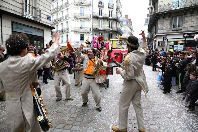 KAFI est une fanfare de Nantes (Loire-Atlantique). En 2016, le groupe de percussions africaines a intégré des cuivres dans sa composition pour plus de richesse musicale et sonore
