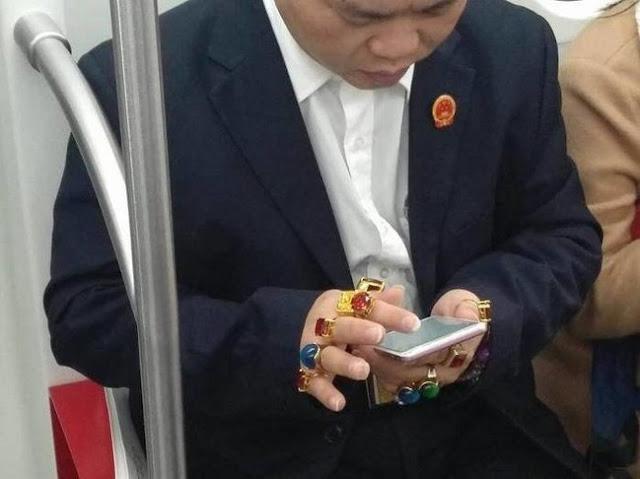 À primeira vista, parece que tem dedos com doces e chocolates. O contraste com o naipe é brutal