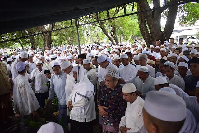 Santri Dalwa Turut Menghadiri Pemakaman Ulama Kharismatik Kota Gresik | LPMDalwa | Dalwa