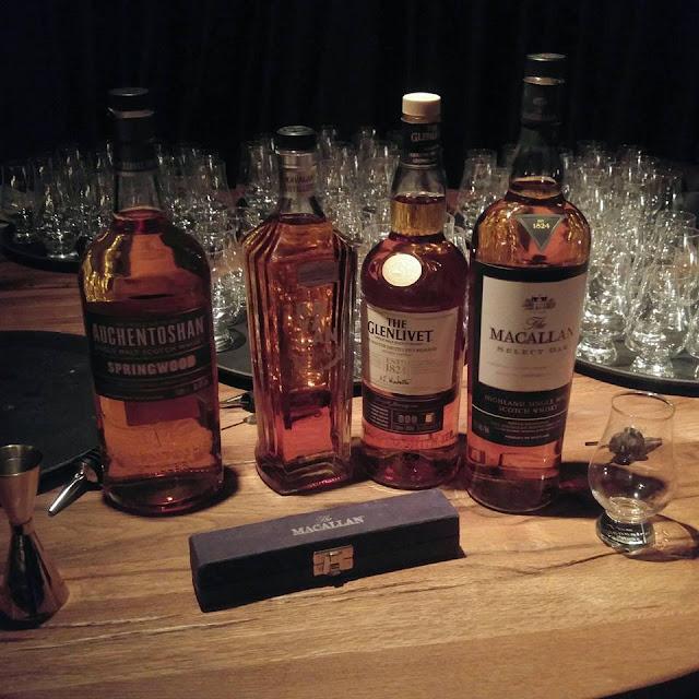 בתמונה: ארבעה בקבוקי וויסקי העומדים על בר ממזקקות שונות. צילום: יחסי ציבור
