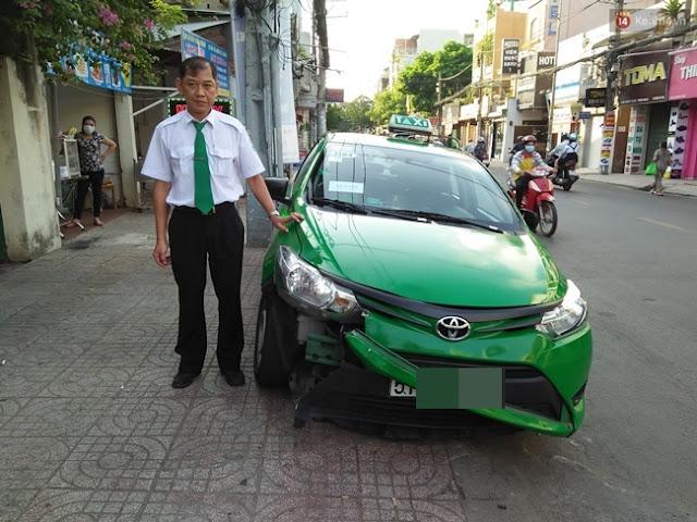Tài xế Hoàng bên chiếc xe bị hư hỏng nặng