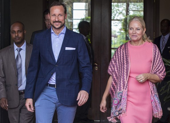 Crown Prince Haakon and Crown Princess Mette-Marit arrived at the Sheraton Hotel. Dolce & Gabbana dress