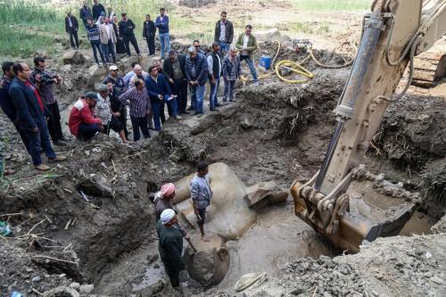 Νέες φωτογραφίες και βίντεο από το κολοσσιαίο άγαλμα του Ραμσή Β' που βρέθηκε στα λασπόνερα του Καΐρου
