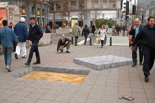 Kaldırımdan sökülmüş blok taşları gösteren bir kaltırım sanatı resmi
