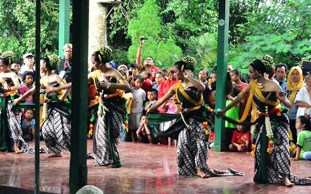 Tarian Caroko Walik dipentaskan para penari