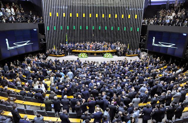 """Foi um espetáculo grotesco o da sessão da Câmara dos Deputados do dia 17 de abril passado. Durante horas, deputados votaram pela continuidade do processo de impeachment da presidenta Dilma no Congresso Nacional. A cena revelou aspectos inusitados.  Ficou claro que muitos votantes pareciam desconhecer, ou desconsideravam inteiramente , o tema em questão, declarando seus votos por razões que não estão em questão. Uma legião de deputados alteou sua voz  para homenagear mãe, pai, filhos e netos, às vezes nominado-os individualmente. Houve um que foi ao microfone com seu filho de 18 anos a tiracolo e queria que o rapaz votasse em seu lugar. Outro, depois de votar, voltou correndo para dizer que se esquecera de anunciar à Nação o nome de um seu parente, que precisava ser homenageado. Uma mulher fez o elogio de seu marido, prefeito de Montes Claros, cujos méritos eram tais que demonstravam que o """"Brasil tinha jeito"""", sem imaginar que o dito marido seria preso no dia seguinte pela manhã."""