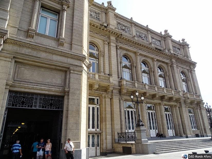 Entrada lateral do Teatro Colón na Plaza del Vaticano - Buenos Aires