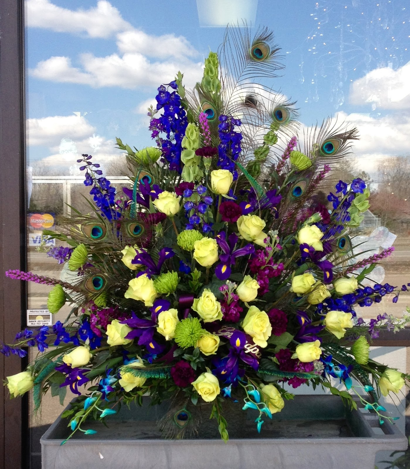 Peacock feather themed flower arrangement izmirmasajfo Choice Image