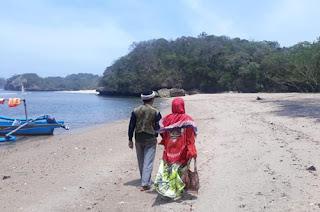 Berjalan bersama menyusuri hamparan pasir Pantai Bantol