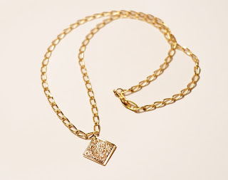 Chipina chain necklace with square pendant