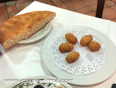 Croquetas y pan de hogaza. Mesón el Pastor Aranda de Duero | Caravaneros.com