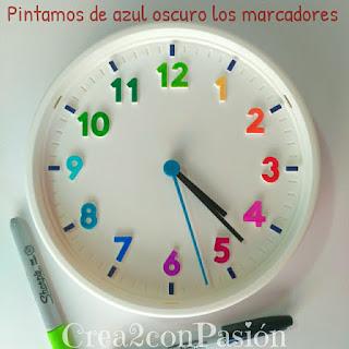 Base-reloj-ikea-decorado-con-pinturas-acrílicas-y-marcaje-de separadores-en-azul-sharpie-reloj-primaveral-para-aprender-las-horas-Crea2conPasión-rotuladores-Sharpie-y-pinturas-acrilicas