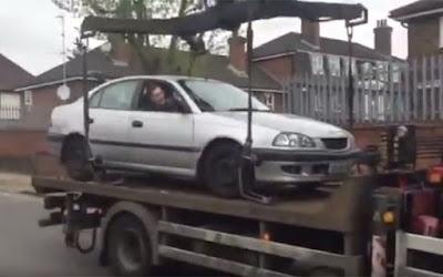 Είδε έναν γερανό να του παίρνει το αυτοκίνητο και δείτε με τι απερισκεψία αντέδρασε