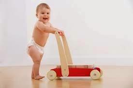 gambar bayi belajar jalan