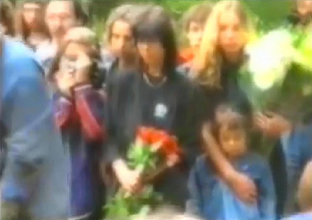 Похороны Виктора Цоя: Наталья Разлогова и Марианна Цой с сыном Александром