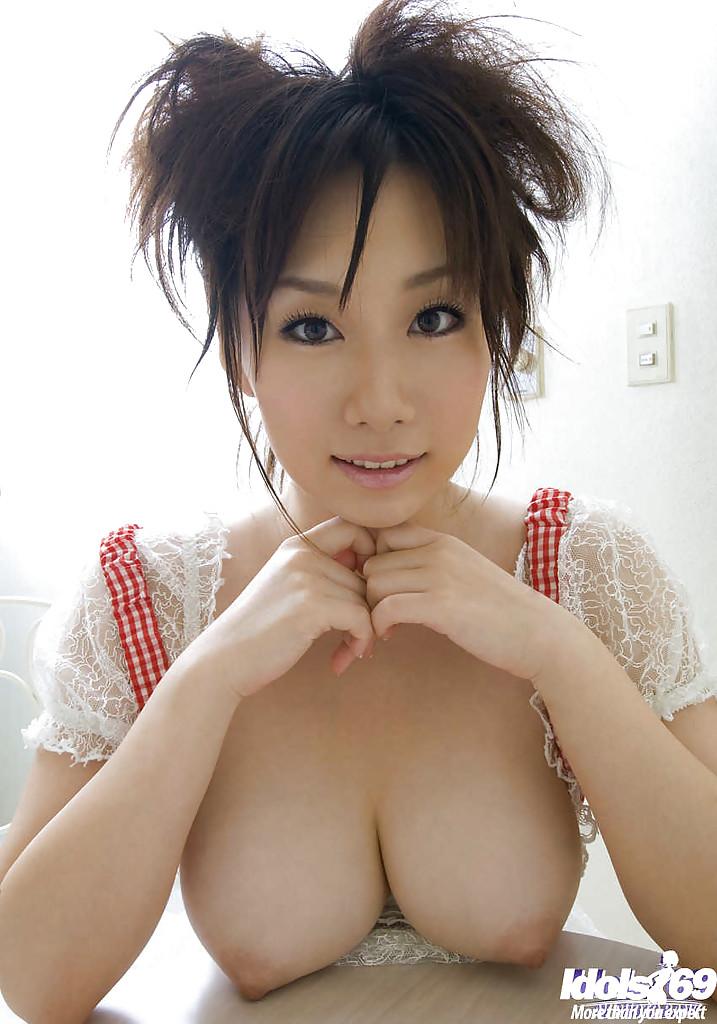 азиатка показывает грудь - 8