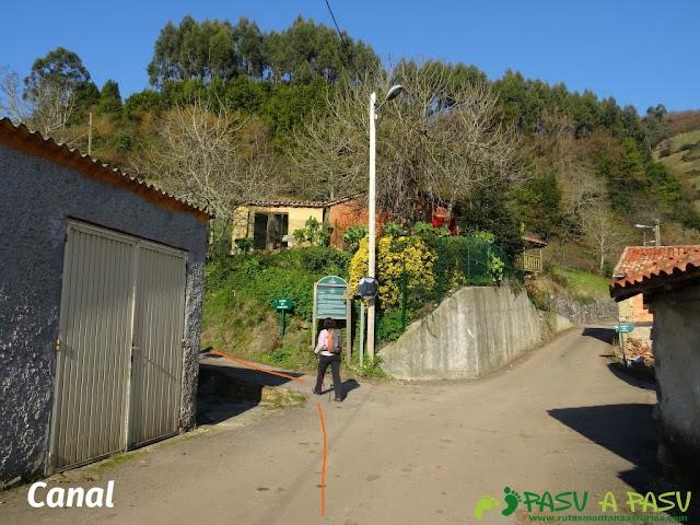 Canal en Sariego. Desvío a la izquierda