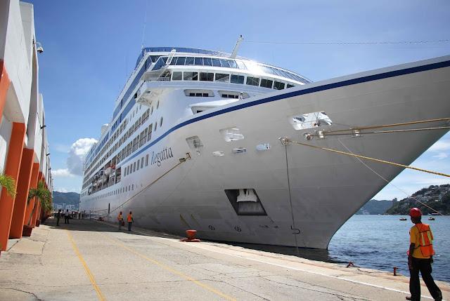 Arriba el crucero Regatta la bahía de Acapulco