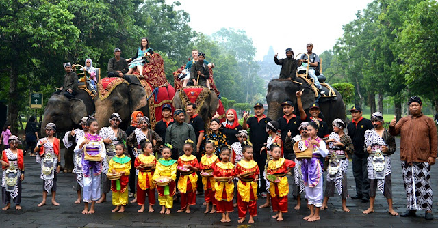 Surprise! Inilah Pengunjung Pertama Candi Borobudur di Tahun 2017, Gak Nyangka Hadiahnya...