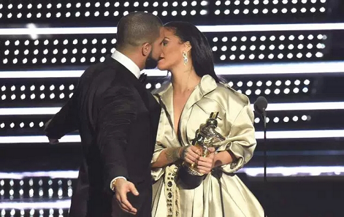 VMAawards-drake-kisses-Rihanna