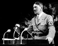 Diktatör Adolf Hitler kürsüde konuşma yaparken