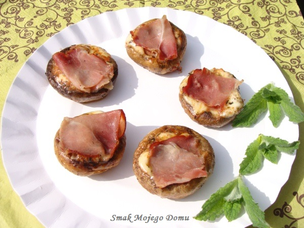 Pieczarki z grilla, z mozzarellą i szynką szwarcwaldzką