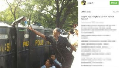 Lihat Apa yang Diambil Pria Ini Dari Balik Tameng Polisi, Netizen Terharu Saat Mengetahuinya