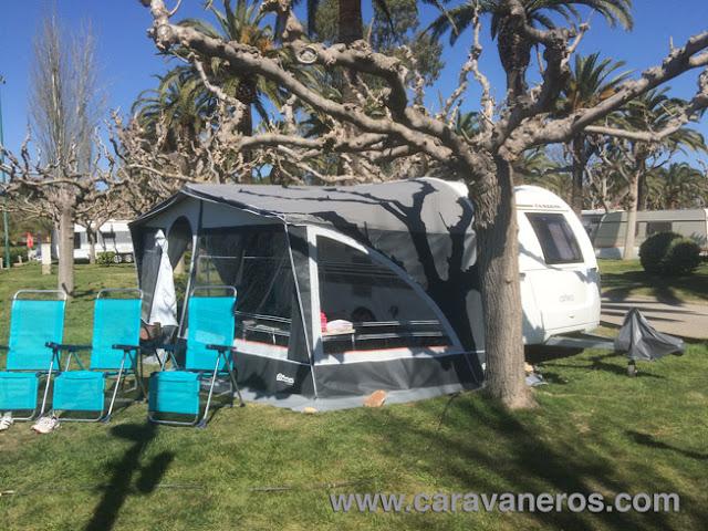 Foto de la Parcela amplia y con vistas al mar. Camping Playa Montroig | caravaneros.com
