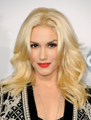 Блондинка со светлой кожей и карими глазами